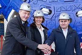 Dr. Gerhard Wehrmeyer (Herrenknecht), Anne Kathrine Kalager (Jernbaneverket) und Fernando Vara (Acciona Ghella Joint Venture) bei der offiziellen Werksabnahme der ersten von vier großen Hartgesteinsmaschinen am 10. März 2016.©Herrenknecht