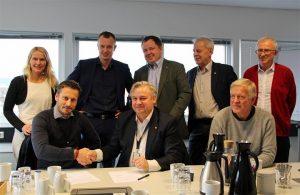 Stig Ingar Evje, CEO Implenia Norway, und Kjell Inge Davik, Regional Road Manager in der NPRA-Region Süd, unterzeichnen im Beisein von Vertretern aus der Politik und der Norwegischen Straßenbaubehörde den Vertrag für einen neuen Infrastrukturauftrag in der Provinz Telemark.©Implenia