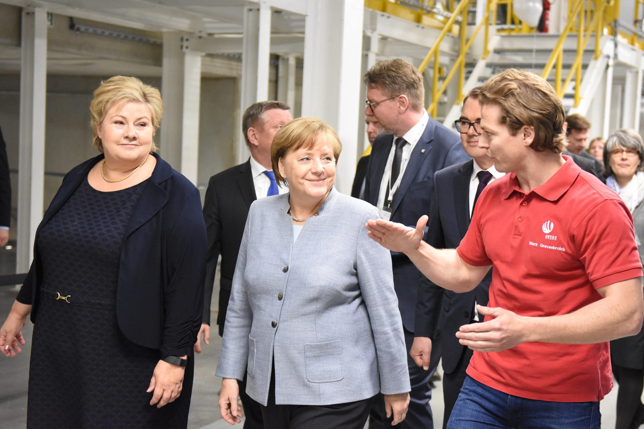 Angela Merkel und Erna Solberg bei der Besichtigung der neuen Hydro-Produktionsanlage für Aluminiumbleche©Hydro