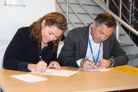 Kristin Skogen Lund und Tom Rådahl bei der Unterzeichnung der neuen NOx-Vereinbarung.©NHO