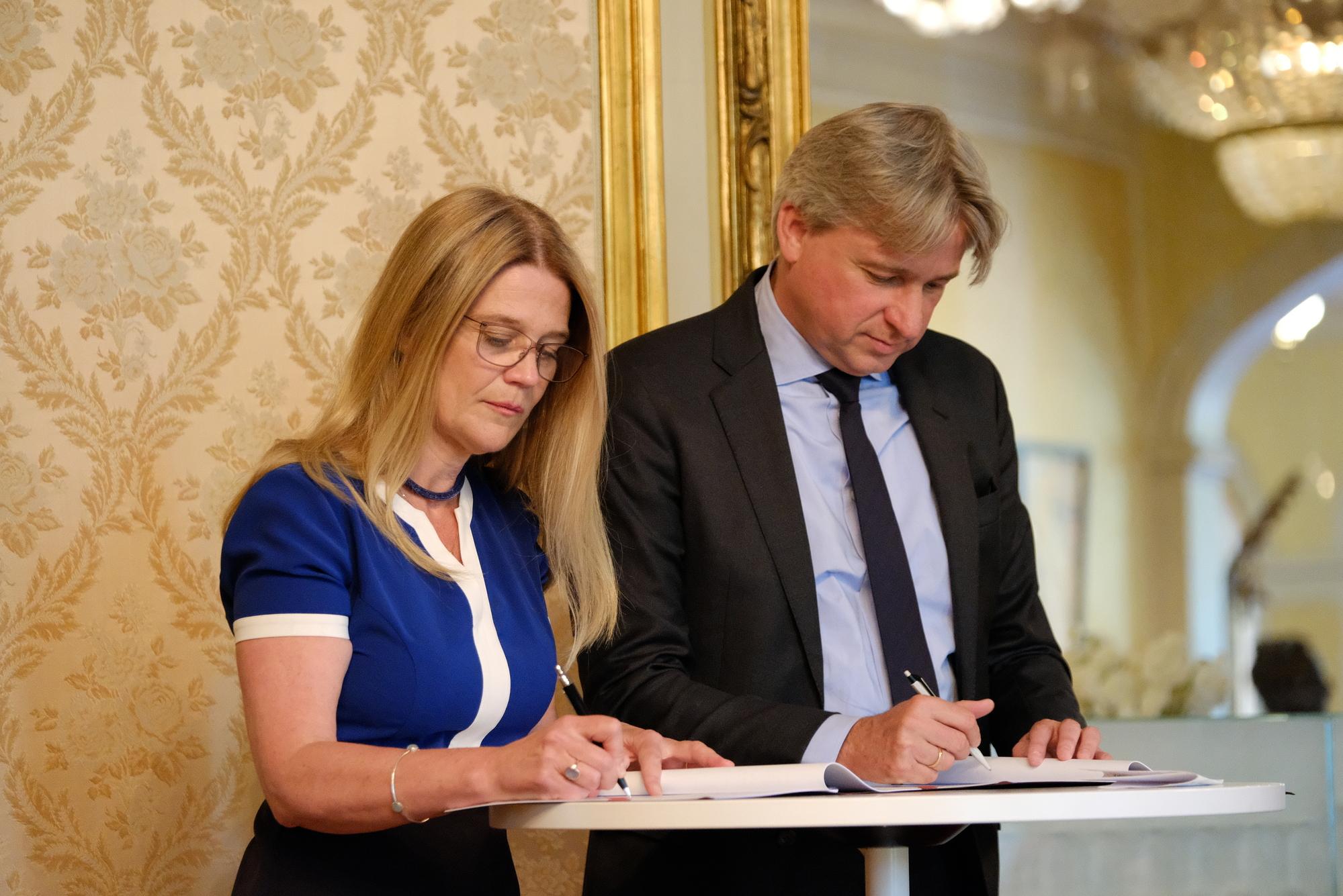 Juergen Boos und Margit Walsø bei der Unterzeichnung des Partnerschaftsvertrages©Eivind Røhne