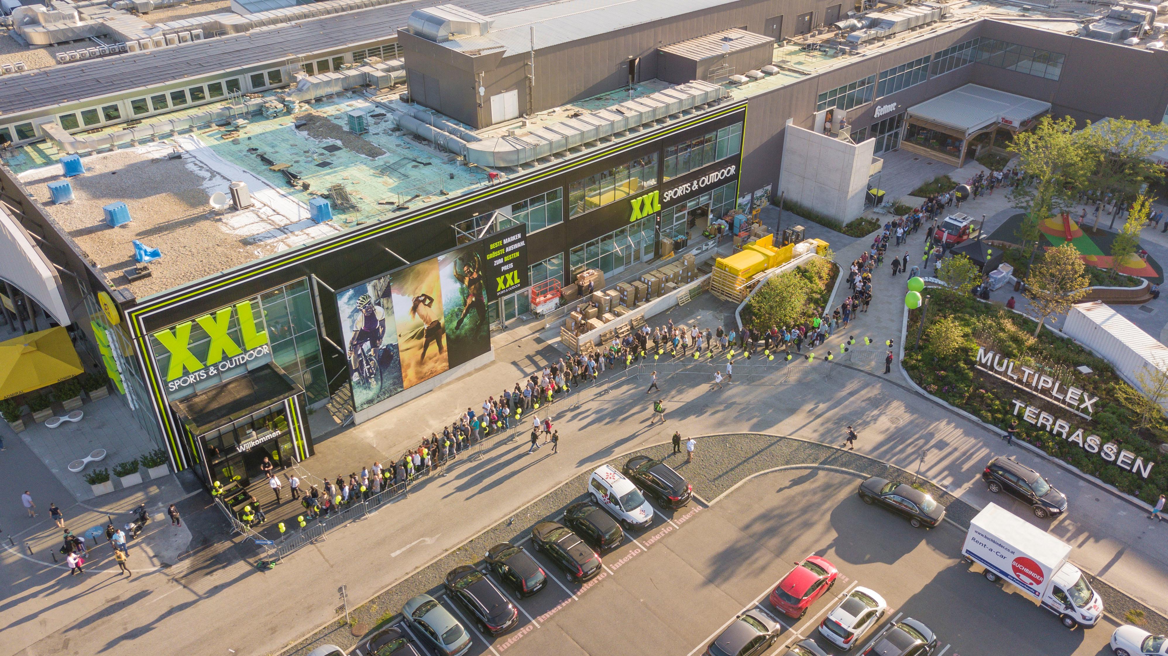 Mit attraktiven Eröffnungsangeboten und Goodbybags lockte XXL Tausende Besucher schon früh in den neuen Shop in Wien.©XXL Sport