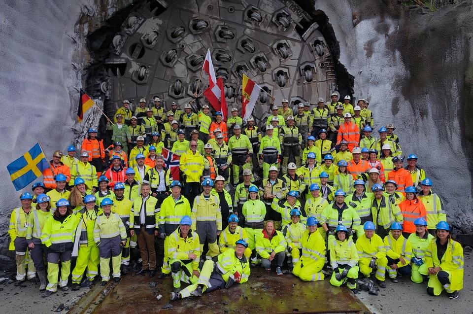 """Die Herrenknecht-Tunnelbohrmaschine """"Ulrikke"""" durchbrach im September dieses Jahres die Zielwand des Ulriken-Tunnels. Er ist das erste große Eisenbahnprojekt, das in Norwegen mit maschineller Vortriebstechnik realisiert wurde. Nach 19 Monaten Vortrieb durch knallharten Fels wurde das Projekt erfolgreich abgeschlossen.©Herrenknecht"""