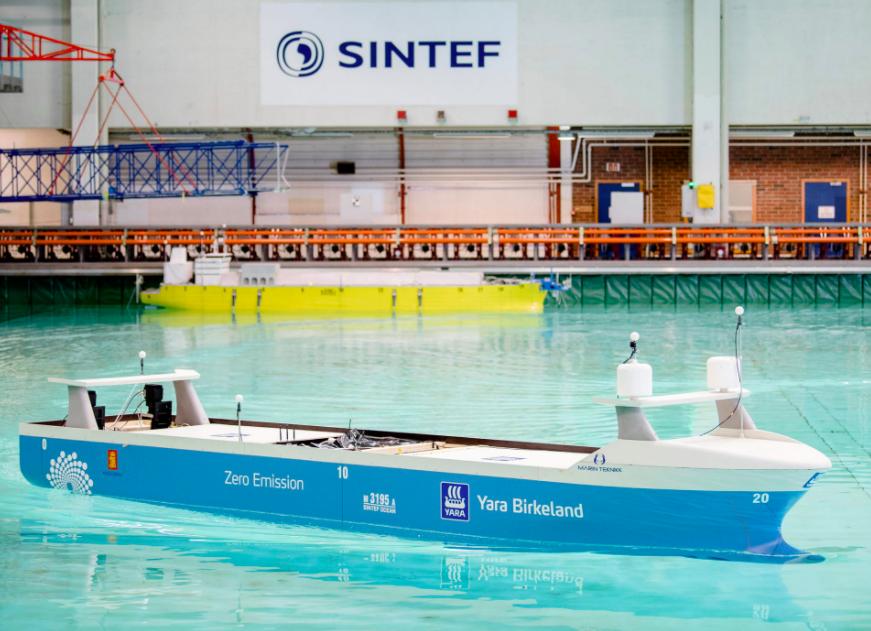 Das Schiffsmodel des ersten autonomen Conainerschiffes ist sechs Meter lang und 2,4 Tonnen schwer.©Das endgültige Design für das Schiff wurde kürzlich Medienvertretern im SINTEF Ocean Laboratory vorgestellt.©Ole Martin Wold/Sintef