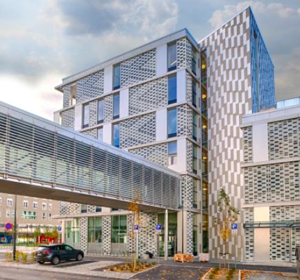 In den vergangenen Jahren wurde in Norwegen zahlreiche Krankenhaus-Neubauten fertiggestellt. Weitere sind in Planung. Im Bild: Das Knowledge Centre des St. Olav's Hospital und der Norwegian University of Science and Technology (NTNU) in Trondheim. Den Entwurf lieferte das Architekturbüro nordic.©nordic