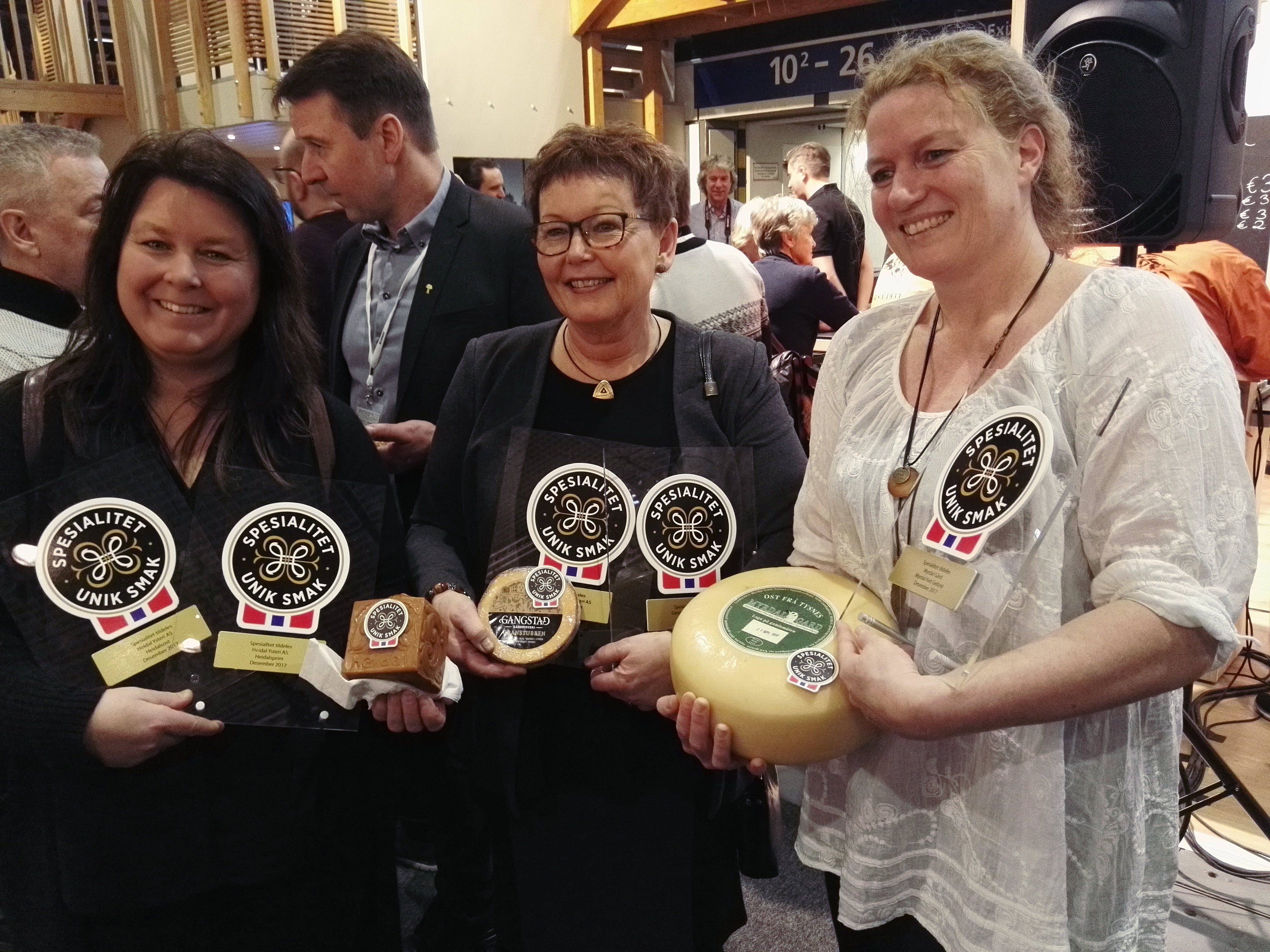 Mit dem Qualitätssiegel ausgezeichnete Käsehersteller zur Eröffnung des Norwegenstandes zur Grünen Woche©BPN