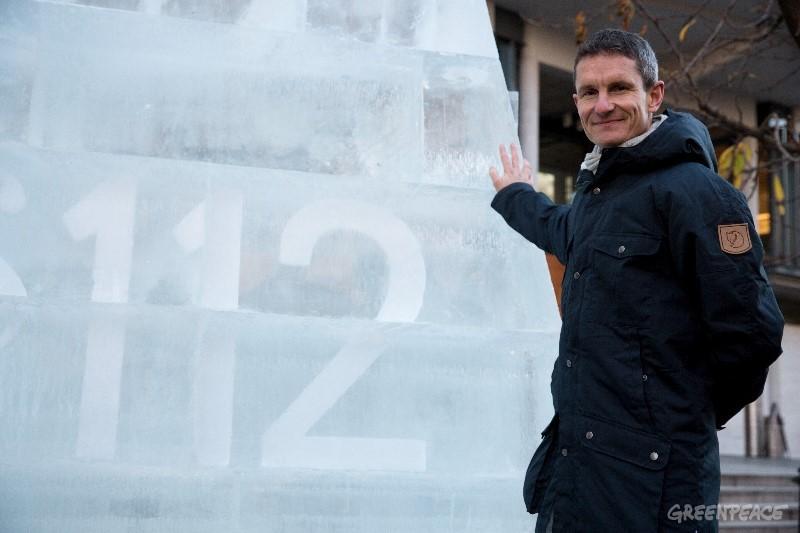 """Truls Gulowsen, Chef von Greenpeace Norge, vor einer Eisskulptur mit der Inschrift """"§ 112.""""©©rGeenpeace"""